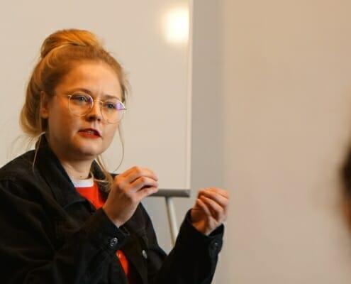 Workshopleiterin bei Vortrag