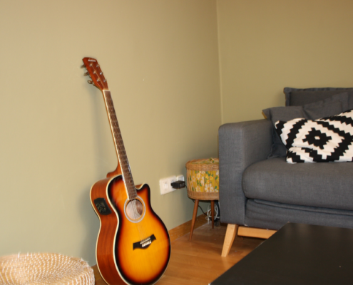 Gitarre neben Couch