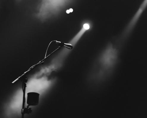 Mikrofon auf einer leeren Bühne